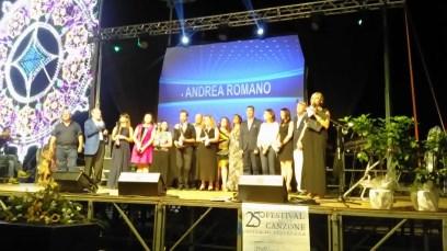"""Acitrezza / Andrea Romano vince il festival della canzone """"Città di Acitrezza"""". Una serata di gala per festeggiare la 25^ edizione"""