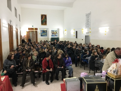 """Tempo di Natale – 17 / Acitrezza: folla per i """"tre giri di tombola"""" della Confraternita San Giovanni Battista"""