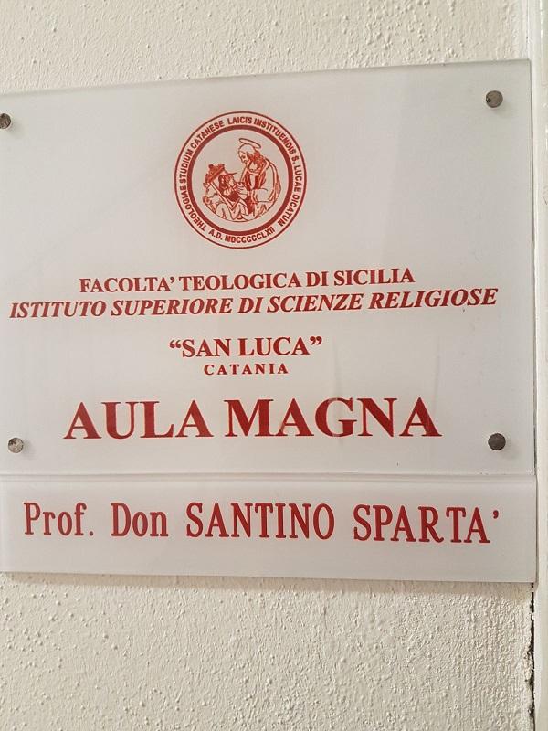 """Cultura / Don Santino Spartà dona 5000 volumi all'Issr """"San Luca"""" di Catania"""
