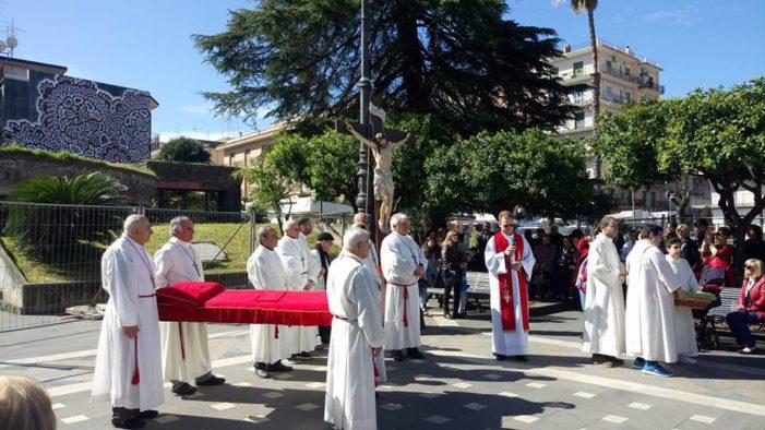 """Valverde / Intenso Venerdì Santo al Santuario. Il parroco Nei: """"Siamo chiamati a riflettere sulla Passione di Cristo"""""""
