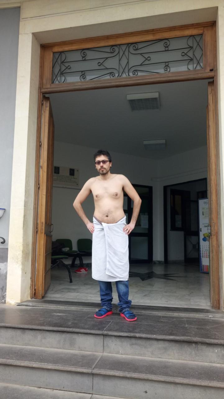 """Valverde / Manca l'acqua e un giovane si presenta in Municipio a petto nudo, in ciabatte e asciugamano. Il sindaco: """"Dispersioni nelle tubature"""""""