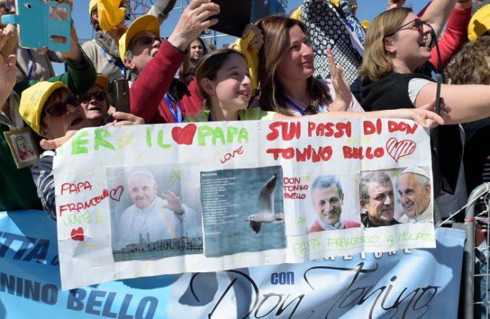 """Visita pastorale / Con don Tonino Bello per una Chiesa """"contempl-attiva"""". Francesco a Molfetta sui passi del vescovo col grembiule"""