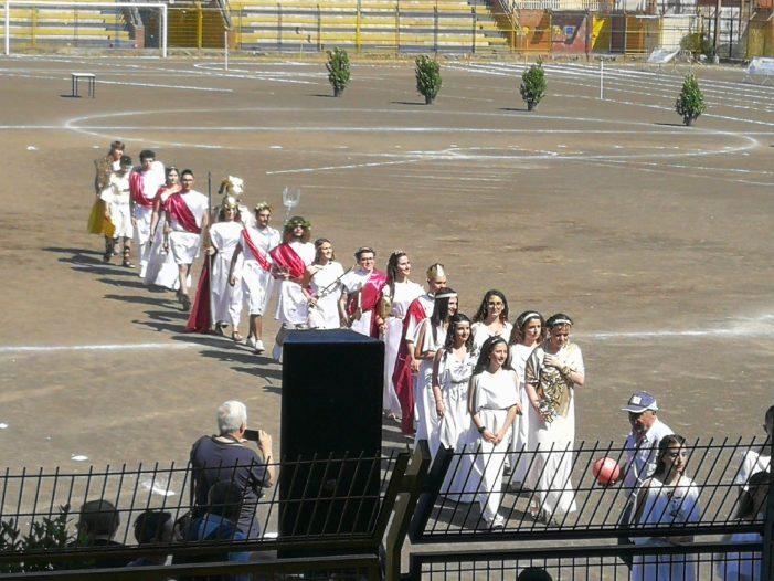 Giarre / Centinaia di studenti per un giorno in veste di atleti per festeggiare il 132° anniversario della fondazione del Liceo Amari