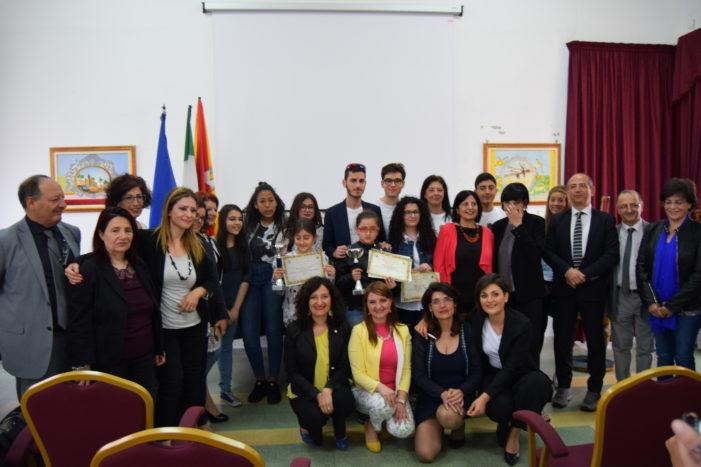 """Aci Sant'Antonio / """"Poeta per caso"""", premiati i vincitori della sezione giovani. Il sindaco Caruso: """"Importante stimolare i ragazzi"""""""