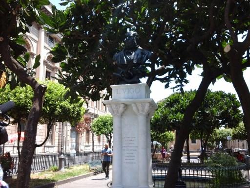 Acireale / Restaurato dal Rotary e dal Credito Siciliano il busto bronzeo del poeta acese Lionardo Vigo nell'omonima piazza