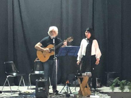 Ramacca / Quando la musica sposa la poesia: Gesuele Sciacca e Daniela Greco incantano scolari e studenti dell'Istituto Comprensivo