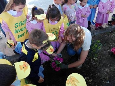 """Ramacca / """"Non ti scordar di me"""": alunni e genitori decorano le scuole e vi piantano alberi e fiori"""