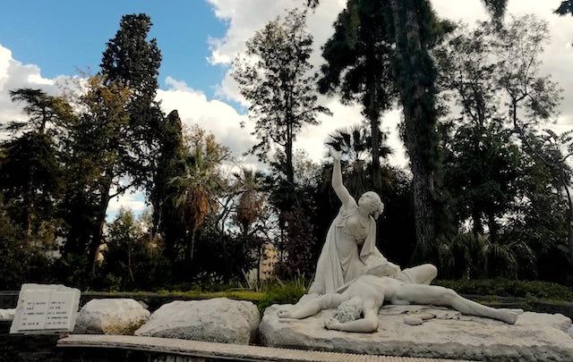 Acireale / I lavori interminabili della villa Belvedere. I turisti ammirati per le bellezze del sito, ma stupiti per lo stato di abbandono