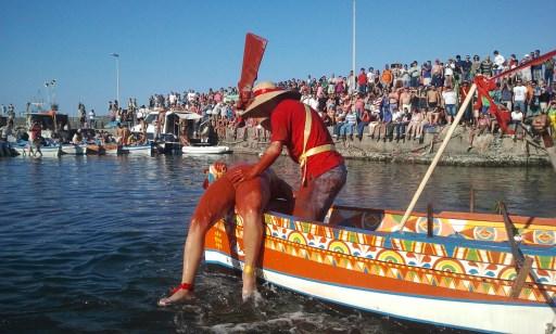"""Tradizioni popolari / """"U pisci a mari"""": si rinnova oggi ad Acitrezza la parodia della pesca del pesce spada"""