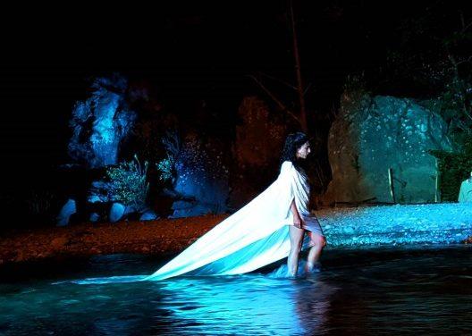 """Cultura e spettacolo / Affascinante """"Inferno di Dante"""" alle Gole dell'Alcantara: versi, musica, danza e fuoco"""