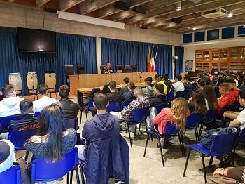 """Scuola e società / Don Albertini (Csi) parla del valore educativo dello sport agli studenti del """"Maiorana-Meucci"""" di Acireale"""
