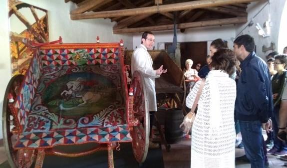 """Aci Sant'Antonio / Il gruppo """"Le chiavi di casa"""" in visita al Museo del carretto siciliano alla scoperta di antiche tradizioni"""