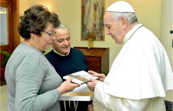 """Il primo libro de """"La Voce"""" / """"Opere di un viaggio"""" consegnato a Papa Francesco"""