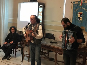 Riposto / Un incontro di studio sul cantastorie, un premio a Luigi Di Pino prima del suo trascinante concerto