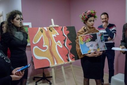 """Arte / Coriandolata: Valeria Castorina con sabbia vulcanica e coriandoli dà vita alla """"doppia personalità"""" dell'individuo"""