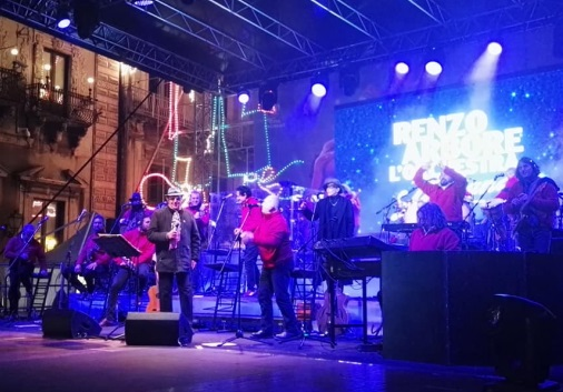 """Carnevale di Acireale – 7 / Renzo Arbore in concerto rivela: """"La canzone italiana  patrimonio dell'umanità"""""""