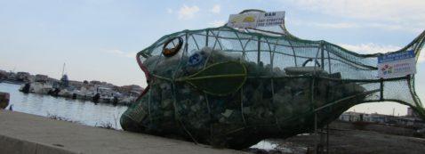 Marzamemi-borgo-marinaro-pesciolino-mangia-plastica