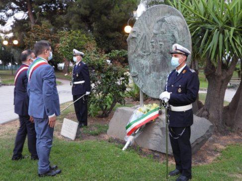 Sindaco Oliveri deposita fiori sul monumento a Borsellino