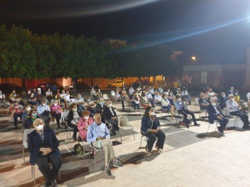 pubblico nella piazza di Cosentini