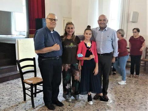 don Salvatore Coco e una famiglia della parrocchia