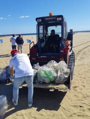 raccolta plastica playa di Catania da Sibeg e marevivo